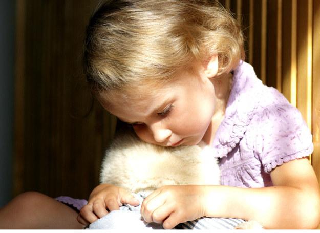 Osoby wykorzystujące seksualnie dzieci mogą należeć do ich otoczenia. /123RF/PICSEL