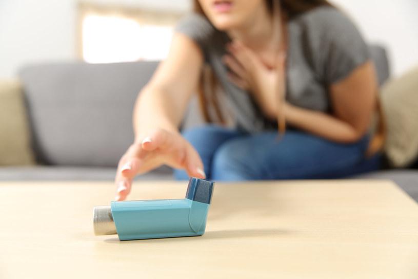 Osoby z astmą powinny szczególnie uważać w dni, gdy występuje smog /123RF/PICSEL