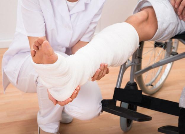Osoby z unieruchomioną kończyną są narażone na zakrzepicę /123RF/PICSEL