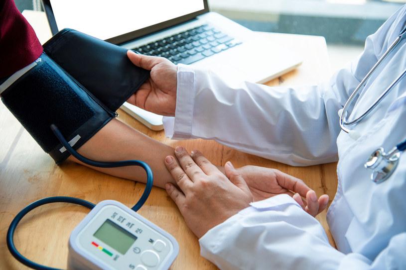 Osoby zmagające się z nadciśnieniem powinny regularnie się badać /123RF/PICSEL