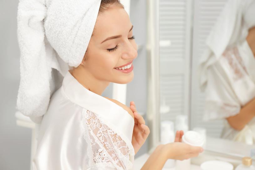 Osoby zmagające się z problemem starzenia się skóry mogą zastosować kosmetyk zawierający kwas laktobionowy /123RF/PICSEL
