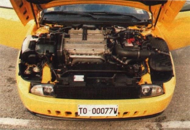 Osprzęt został idealnie dopasowany do kształtu komory silnikowej. Reflektory główne wędrują do góry wraz z pokrywą. /Motor