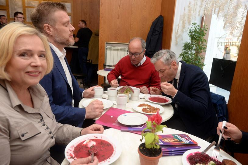 """Ostatni dzień kampanii wyborczej Lewicy. Obiad w barze mlecznym """"Familijny"""" /Jan Bielecki /East News"""