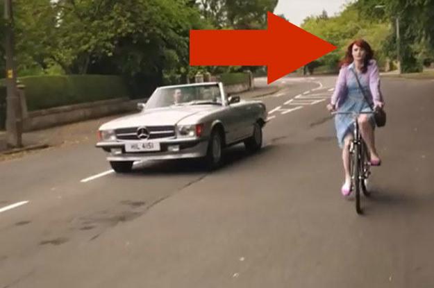 Ostatnia scena reklamówki. Uśmiechnięta  rowerzystka nie ma na głowie kasku /