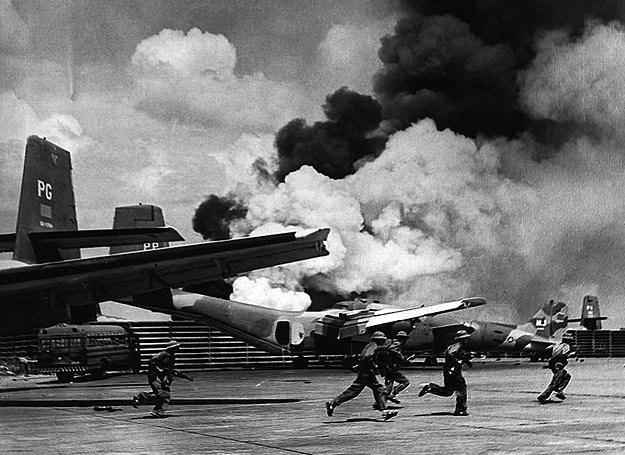 Ostatnie godziny wojny w Wietnamie: żołnierze północnowietnamscy zajmują lotnisko w Sajgonie /AFP