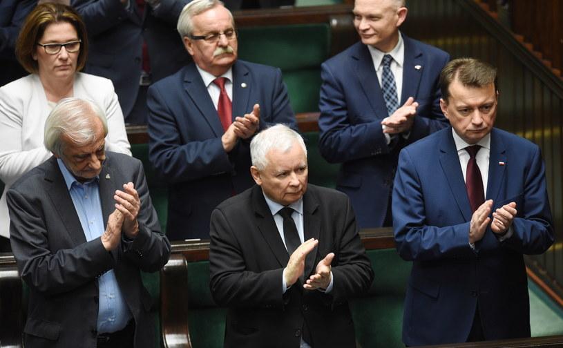 Ostatnie problemy nie wpłynęły na poparcie dla PiS /Radek Pietruszka /PAP