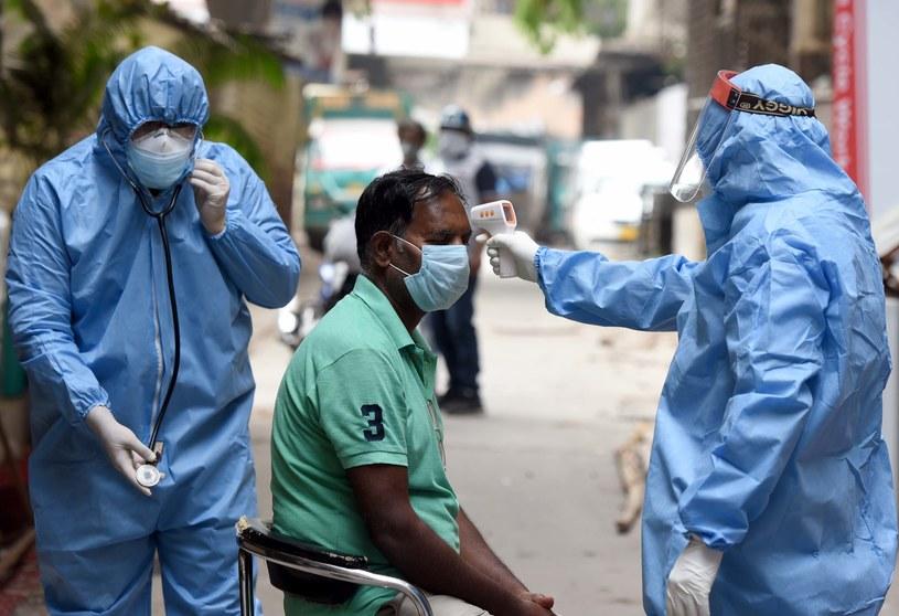 Ostatniej doby w Indianch odnotowano ponad 54 tys. nowych przypadków zakażenia koronawirusem / Sonu Mehta/Hindustan Times /Getty Images