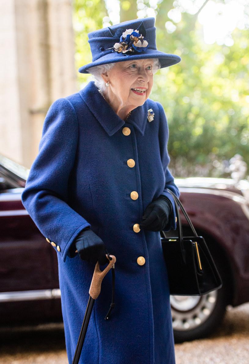 Ostatnio królowa wyraźnie schudła i zaczęła poruszać się o lasce /Samir Hussein /Getty Images