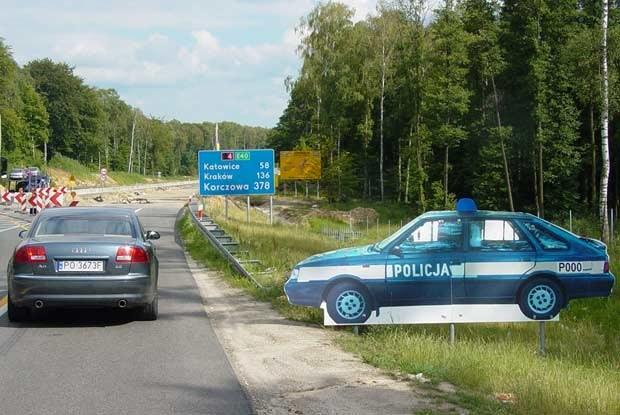 """Ostatnio """"tekturowy"""" policyjny samochód pojawił się u wylotu autostrady A4 / kliknij /INTERIA.PL"""