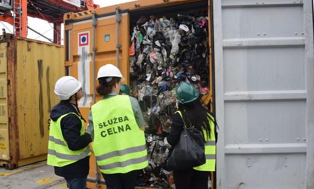 Ostatnio urzędnicy natrafili na 1000 t śmieci nielegalnie przywiezionych do Polski /Izba Administracji Skarbowej w Gdańsku /