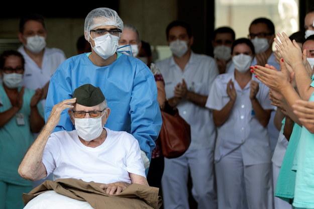 Ostatnio ze szpitala w Brasilii został wypisany 99-letni weteran, który chorował na COVID-19 /EPA/Joédson Alves /PAP