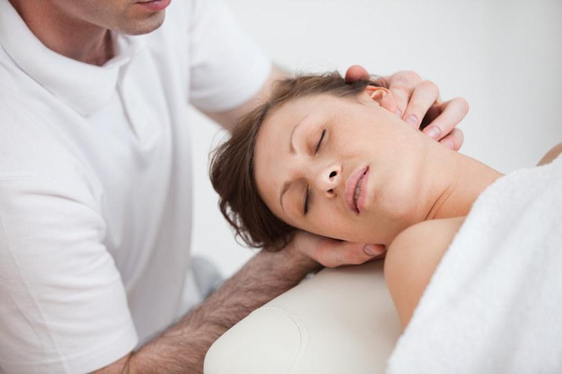 Osteopaci podejmują się leczenia m.in. rwy kulszowej, migren, endometriozy a nawet astmy /123RF/PICSEL