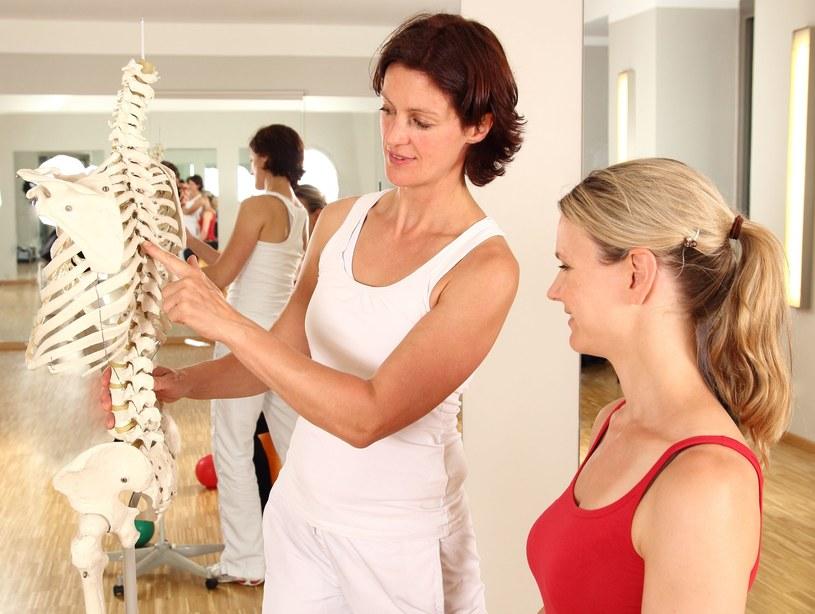 Osteoporozie najlepiej zapobiegać /123RF/PICSEL