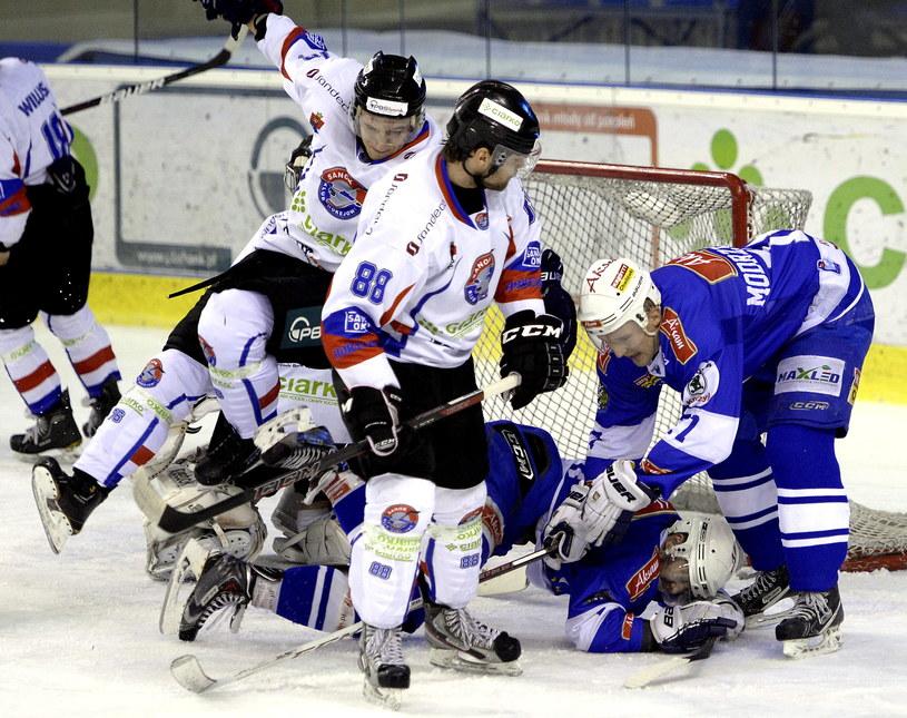 Ostre starcie zawodników Ciarko PBS Bank i graczy Aksam Unii Oświęcim podczas meczu Polskiej Hokej Ligi w Sanoku /Darek Delmanowicz /PAP