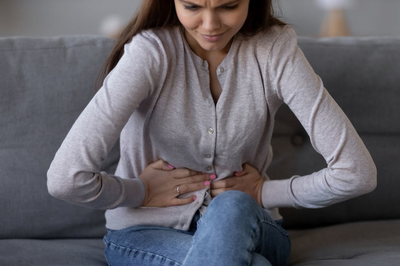 Ostre zapalenie trzustki objawia się silnym bólem w górnej części brzucha /123RF/PICSEL