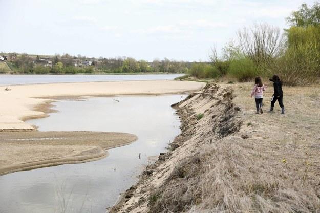 Ostrów: Niski poziom wody w Wiśle /Rafał Guz /PAP