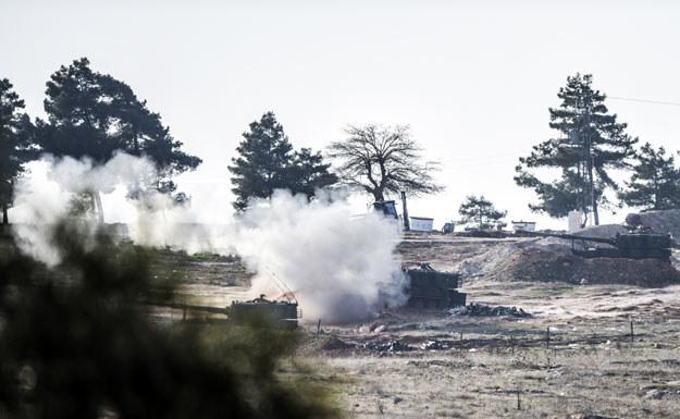Ostrzał prowadzony przez tureckie czołgi w pobliżu granicy z Syrią /AFP