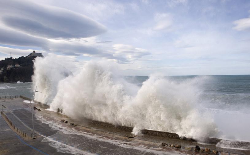 Ostrzegawczym sygnałem były sztormy /AFP