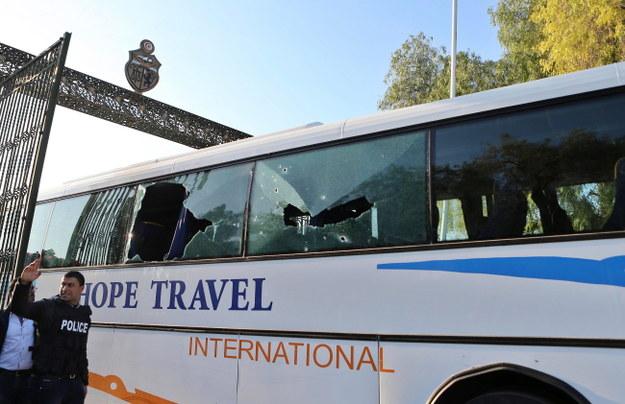 Ostrzelany autobus przed muzeum /PAP/EPA/MOHAMED MESSARA /PAP/EPA