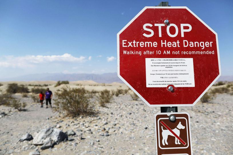 Ostrzeżenia dla turystów spotkać można w wielu miejscach Doliny Śmierci. Tutejsze temperatury niosą ze sobą wiele niebezpieczeństw /East News