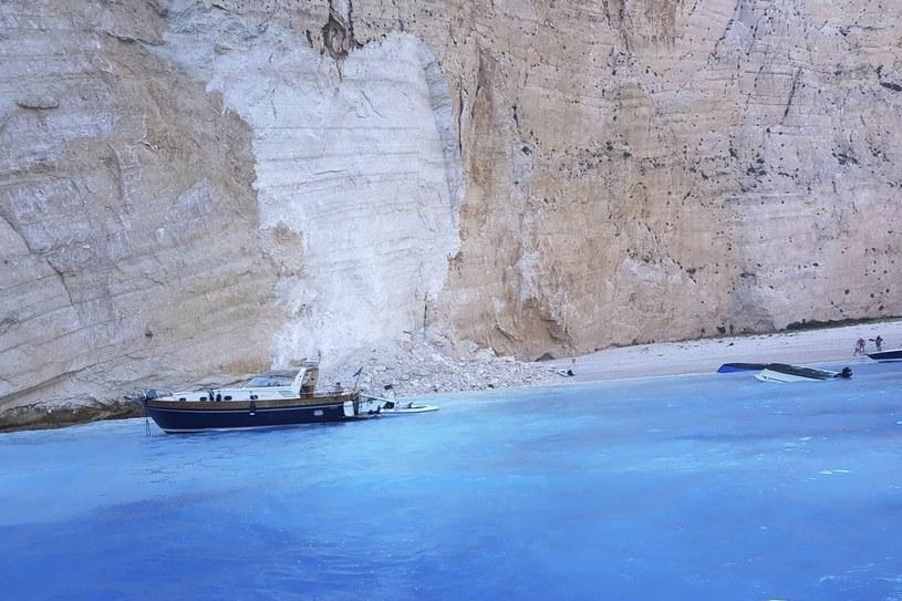 Osunął się klif na słynnej plaży na Zakynthos. Zdjęcie z miejsca zdarzenia /imerazante.gr via AP /East News