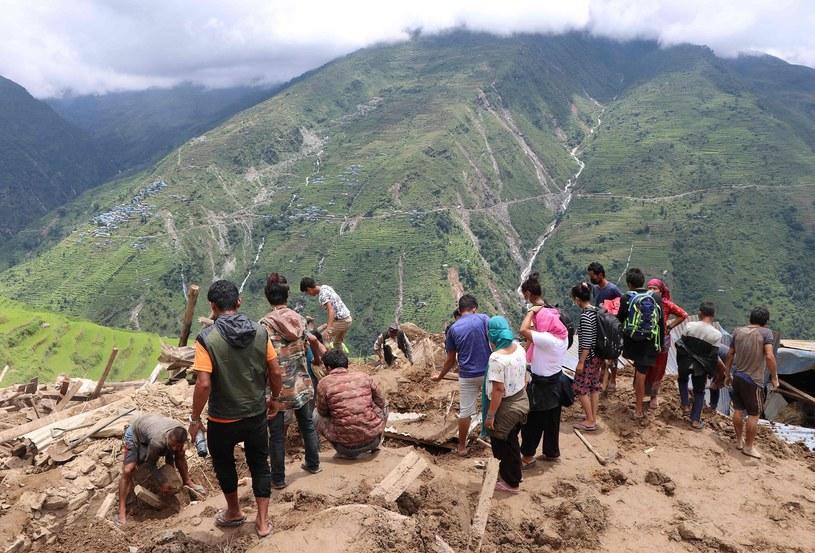 Osunięcia się ziemi są bardzo częste w górzystym Nepalu w porze monsunowej /SHREEDHAR NEUPANE/PM /AFP