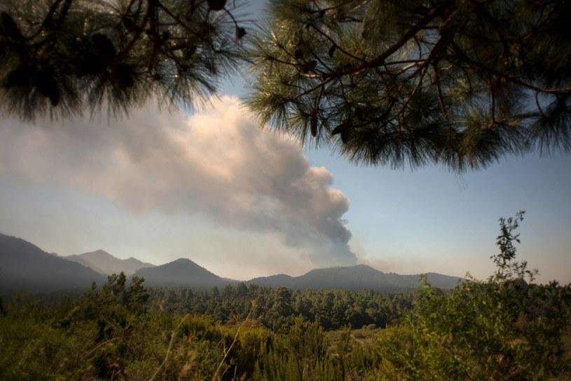 Osunięcie się czołowej warstwy nowego lądu, powstającego z zastygającej magmy wulkanicznej po erupcji Cumbre Vieja, może doprowadzić do nagłego pojawienia się w wodzie gazów, eksplozji, a w konsekwencji do wysokich fal oceanicznych /Jorge Guerrero / AFP /East News