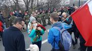 Oświadczyny podczas marszu w Warszawie. Premier pogratulował narzeczonym