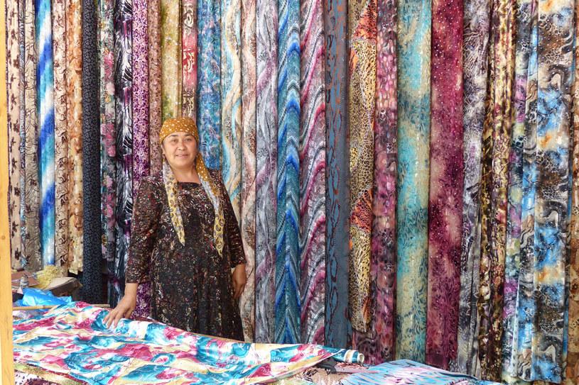 Osz, Kirgistan. Kobiety w Azji Środkowej uwielbiają kolorowe, wzorzyste tkaniny. Obecnie większość sprowadzana jest z Chin. Na miejscu robi się już tylko tradycyjne atlasy zdobione techniką ikatową, ale Chińczycy także nauczyli się robić tanie podróbki atlasów, które już zalewają środkowoazjatyckie bazary. /Styl.pl
