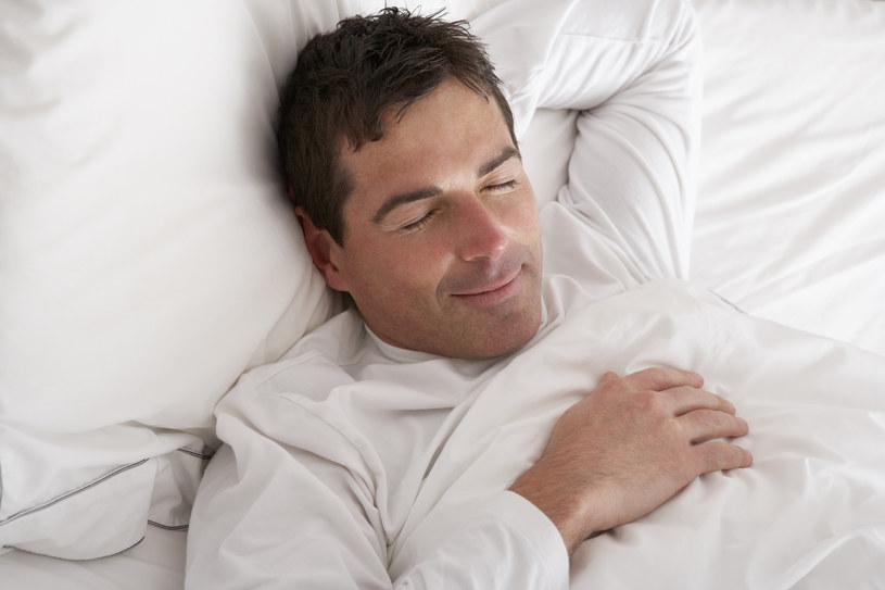 Oszczędzaj pieniądze i śpij spokojnie /Monkey Business Images /© Glowimages