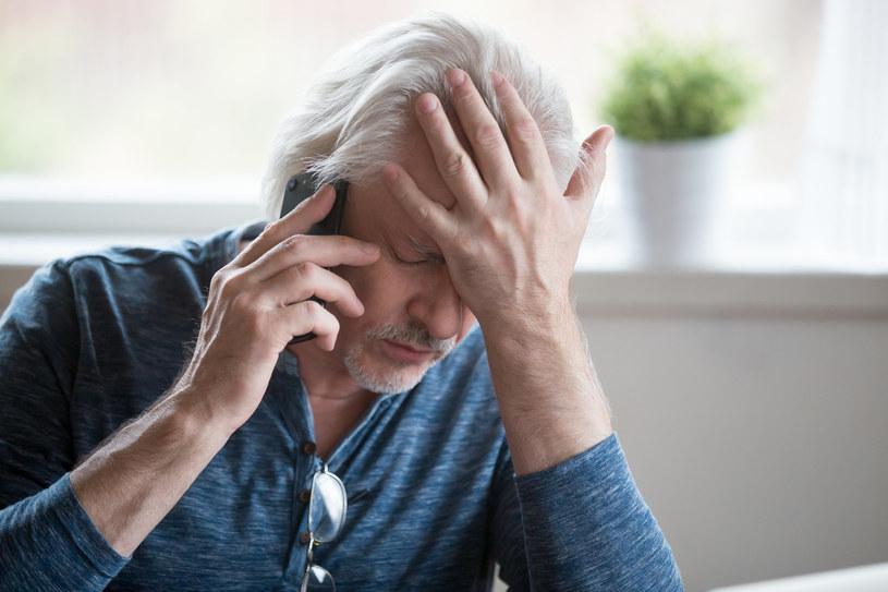 Oszuści często wykorzystują naiwność starszych osób /123RF/PICSEL
