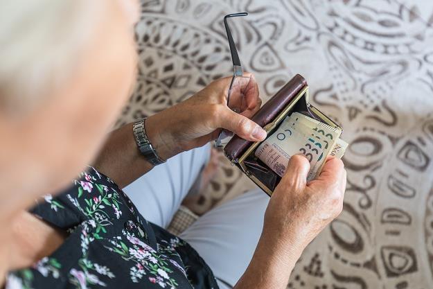 Oszust wmówił kobiecie, że jej oszczędności są zagrożone. Fot. Arkadiusz Ziółek /Agencja SE/East News