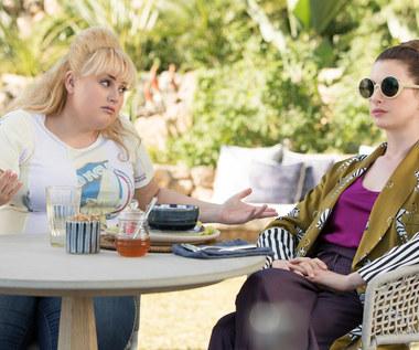 """""""Oszustki"""": Wilson wystawia ciało, Hathaway jest pełna podziwu"""
