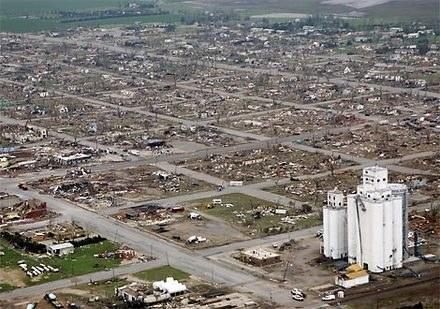 Oto co zostało z małego, spokojnego miasteczka w USA po przypadkowym kichnięciu Chucka Norrisa /INTERIA.PL
