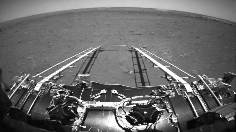 Oto pierwsze zdjęcia powierzchni Marsa z chińskiego łazika Zhurong /Geekweek