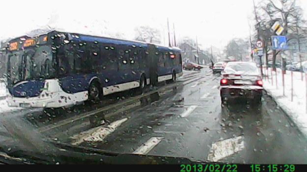 oto przykład jak mpk łamie przepisy wiele autobusów w zimie oraz podczas opadów śniegu deszczu jeździ na światłach dziennych i nikt nie zwraca na to uwagi !  polecam oglądnięcie odcinka blokowanie skrzyżowań programu jedź bezpiecznie gdzie to prowadzący zwraca na to uwagę zwykłym kierowcą tylko dlaczego to nie dotyczy mpk ?wytykanie błędów zwykłym kierowcą kierowcą zawodowym tylko dlaczego milczy się o łamaniu przepisów przez mpk daje to do myślenia