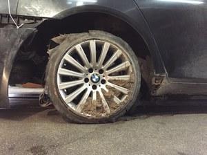 Oto zdjęcia rozerwanej opony i uszkodzonego BMW prezydenta