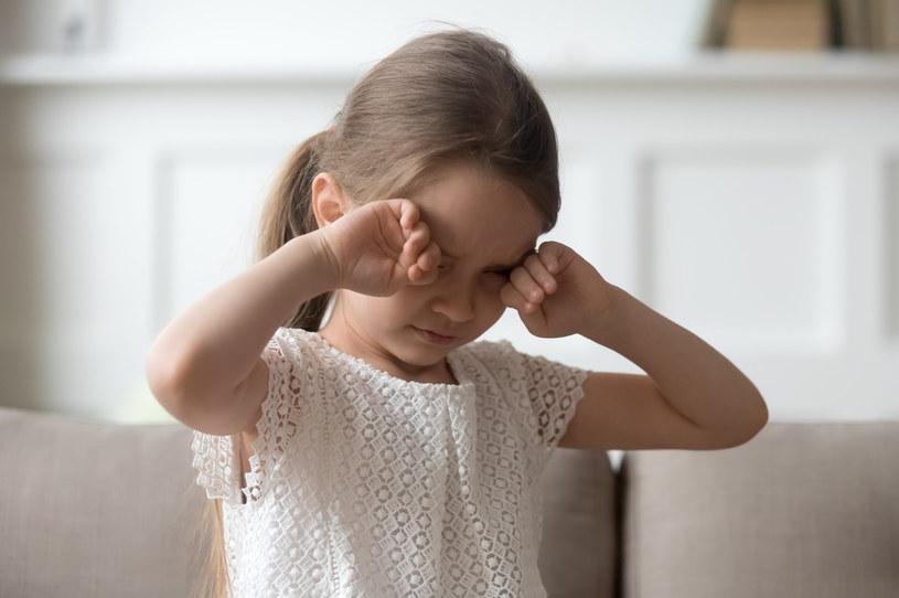 Otoczenie często udaje, że nie widzi cierpienia dziecka /123RF/PICSEL