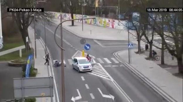 Otóż nie drogi rowerzysto lub rowerzystko. Nie masz prawa jechać rowerem  przez przejście dla pieszych. I masz obowiązek sprawdzenia czy możesz na nie wejść!