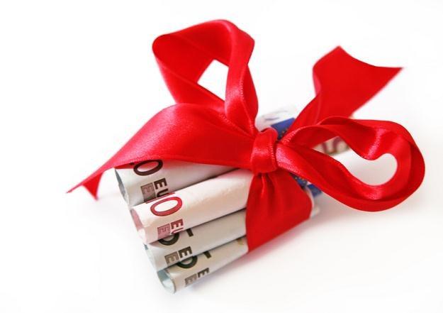 Otrzymanie darowizny często wiąże się z obowiązkiem zapłaty przez obdarowanego podatku /© Panthermedia