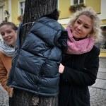 Otulają drzewa kurtkami i płaszczami, by pomóc potrzebującym