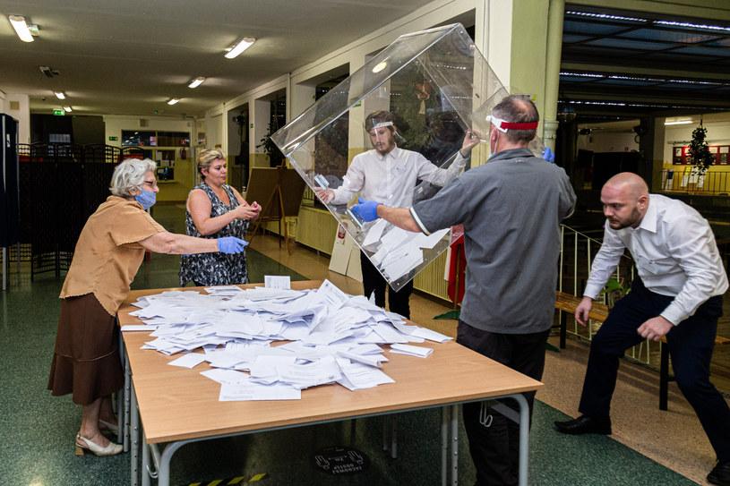Otwarcie urn wyborczych w jednej z komisji we Wrocławiu /Krzysztof Kaniewski /Reporter