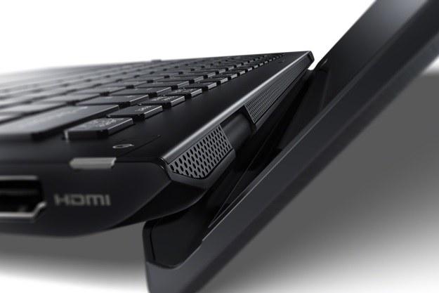 Otwarta klapa ekranu unosi ultrabooka ok. 1 cm do góry, co zwiększa komfort pisania na klawiaturze /materiały prasowe
