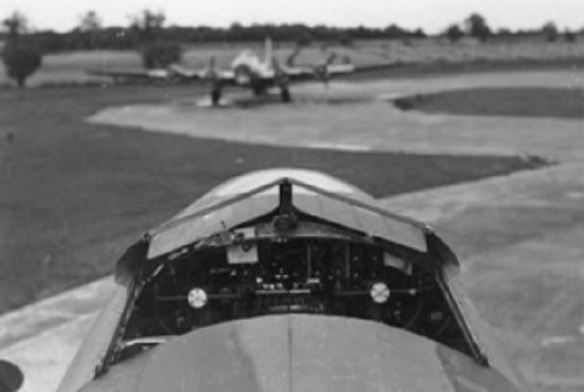 Otwarty kokpit QB-7. Dzięki zdemontowanej osłonie kokpitu załoga mogła łatwiej wyskoczyć z samolotu /USAF /INTERIA.PL/materiały prasowe