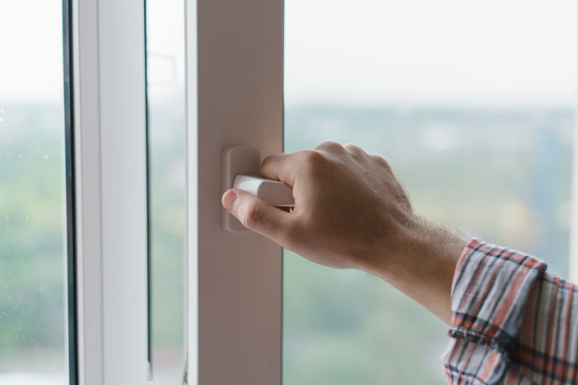 Otwieranie okna /©123RF/PICSEL