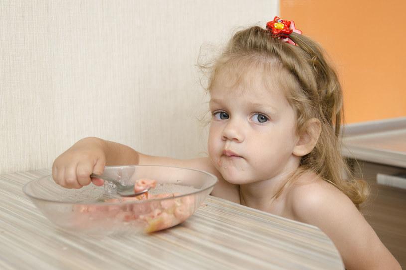 Otwórz lodówkę i przeczytaj etykiety na produktach spożywczych /123RF/PICSEL