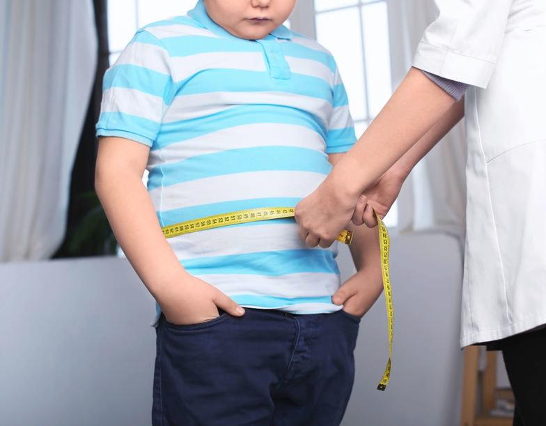 Otyłość brzuszną (najgroźniejszy rodzaj otyłości) stwierdza się u 63 proc. otyłych dzieci /123RF/PICSEL