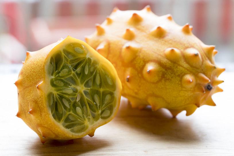 Owalne owoce mają wielkość ok. 10 cm i można je kupić w sklepie od listopada do grudnia /123RF/PICSEL