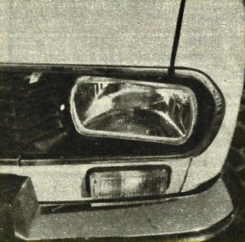 Owalne reflektory samochodu Dacia 1300 mają wklęsłe szkła. Dźwigienka z lewej strony reflektora służy do jego przestawiania w zależności od obciążenia wozu. We Francji istnieje już wersja tych reflektorów z żarówkami H4. /Motor