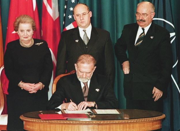Ówczesny minister spraw zagranicznych Bronisław Geremek sygnuje dokumenty akcesyjne Polski do NATO /JOHN RUTHROFF /AFP